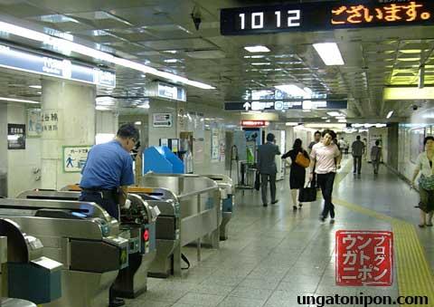 Arreglando una máquina en Hanzoumon, Metro de Tokyo.