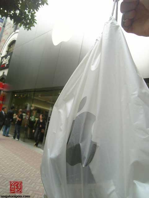 iPod Touch en su bolsa, en frente de la Apple Store de Shibuya