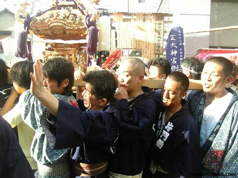 Cargando con el Omikoshi