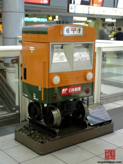 Buzón con ruedas de tren