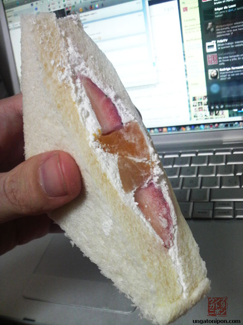 Sandwich con fresa y piña