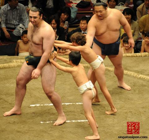 Luchadores de Sumo y niños
