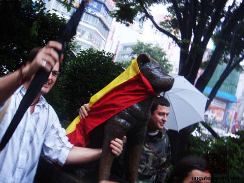 Hachiko con la bandera de España