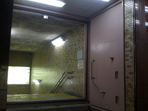 Puertas blindadas en el metro de Tokio