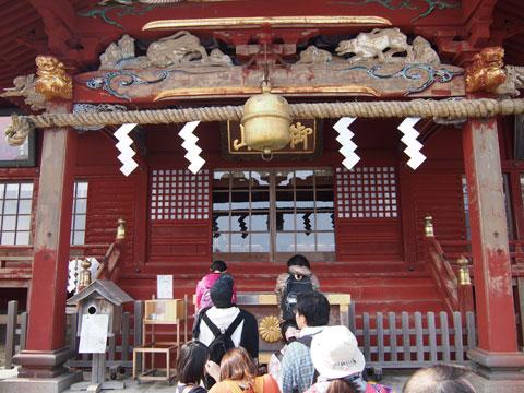 Rezando en el Templo del Monte Mitake
