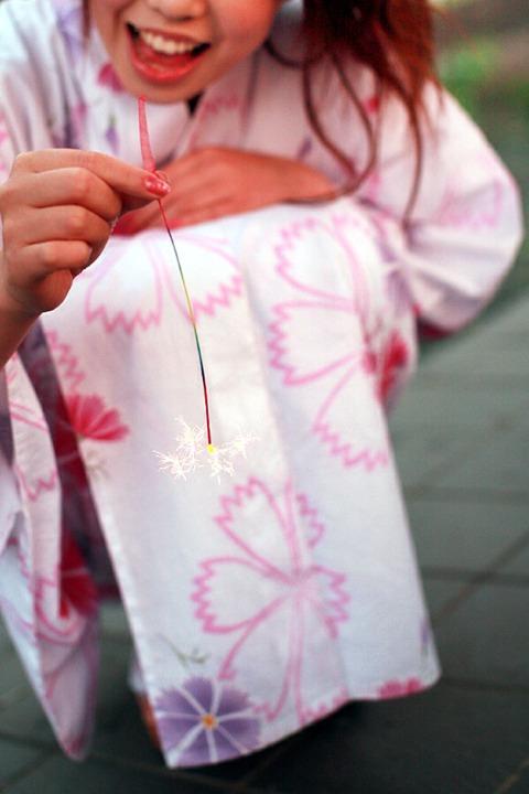 Chica en Yukata disfrutando del Senko Hanabi