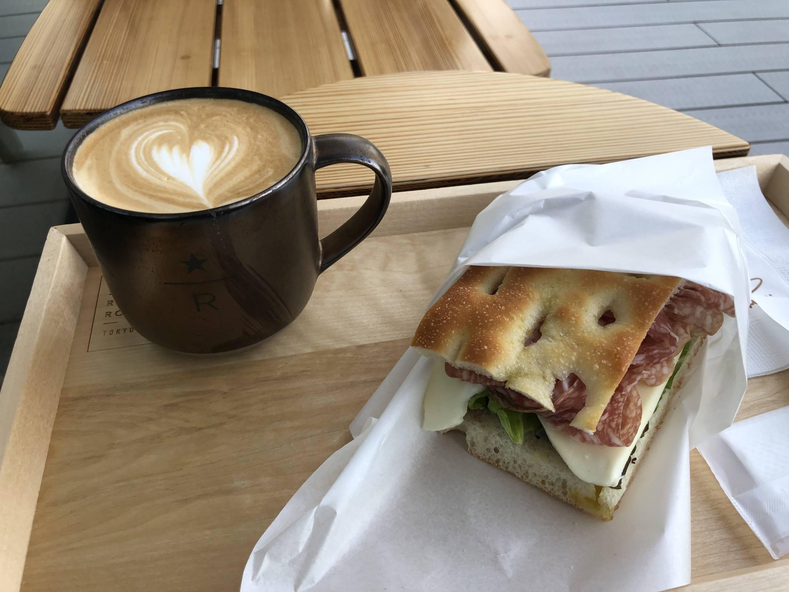 Café y Sando Milano y Mozzarella que me tomé