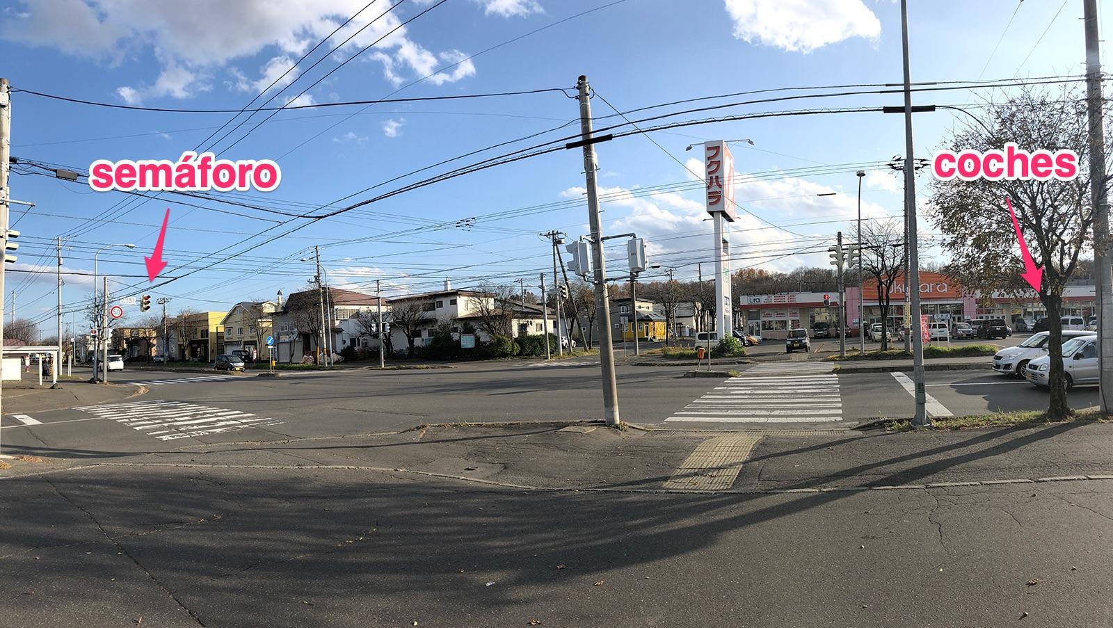 Los semáforos y coches de un cruce en Japón
