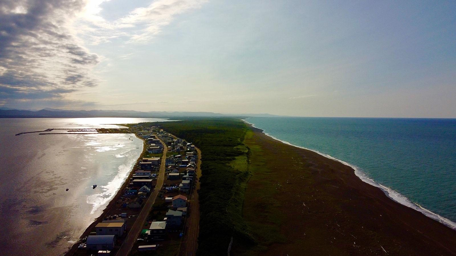 Mar de Ojotsk a la derecha y lago Saroma a la izquierda